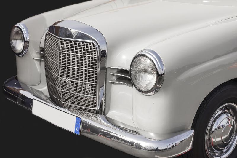 老式白色轿车车头特写