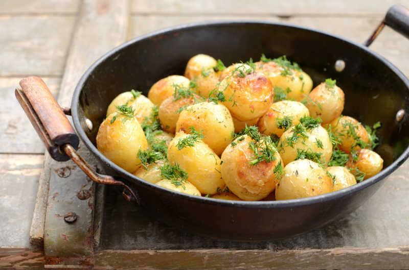 锅里的炒土豆