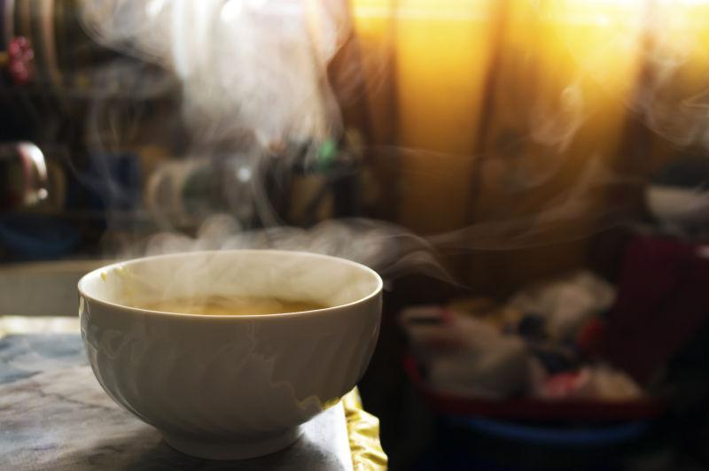 温暖阳光下厨房的碗里热气腾腾的汤