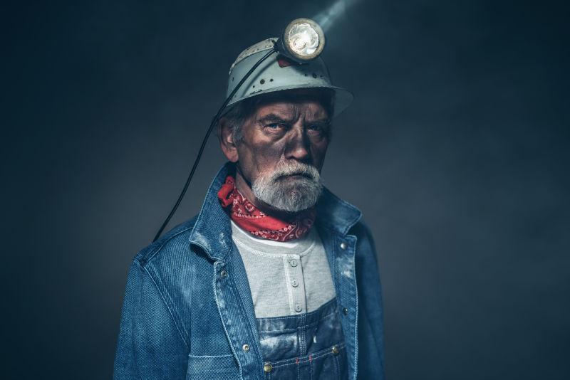 戴着头盔灯的矿工