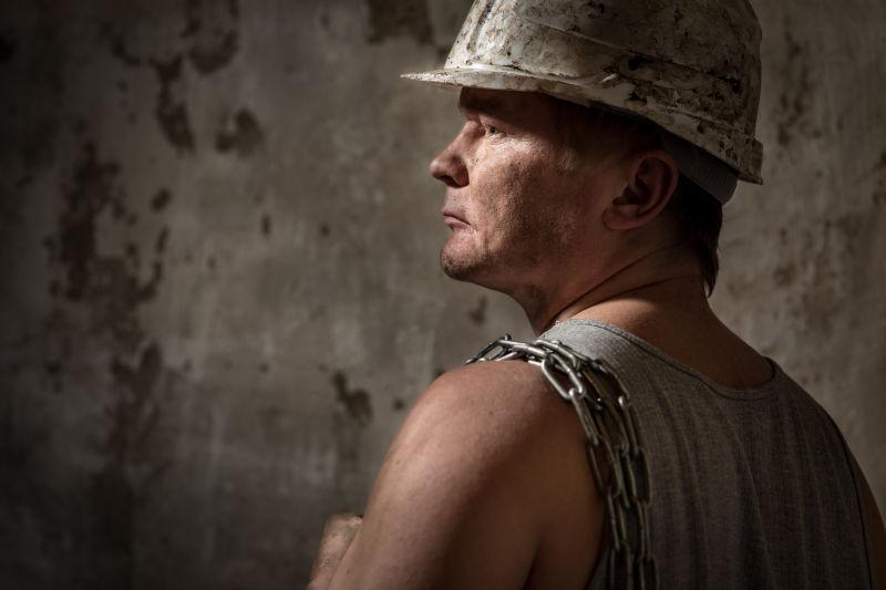 戴着头盔的矿工