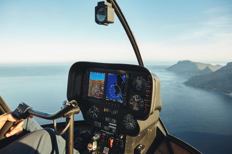直升机内部驾驶舱