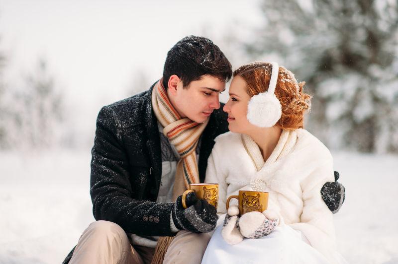 甜蜜的恋人在欣赏雪景