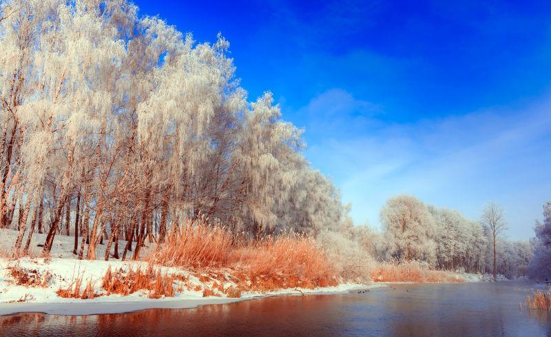 冬天寒冷的早晨在河上