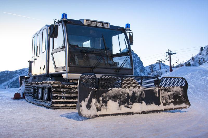 冬季雪橇拖拉机