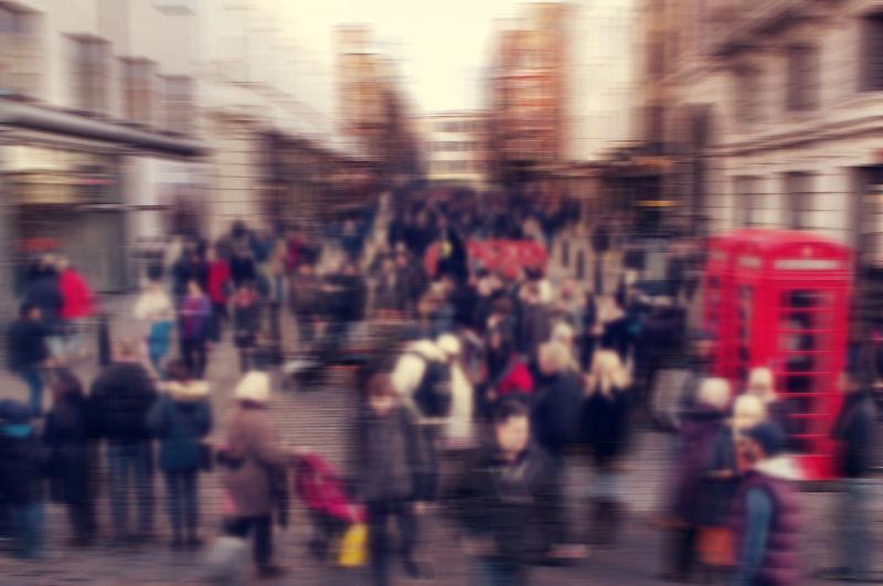 英国伦敦街头行人的模糊背景