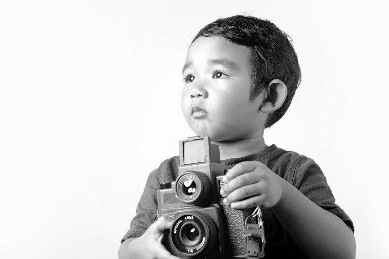 拿着相机的小男孩