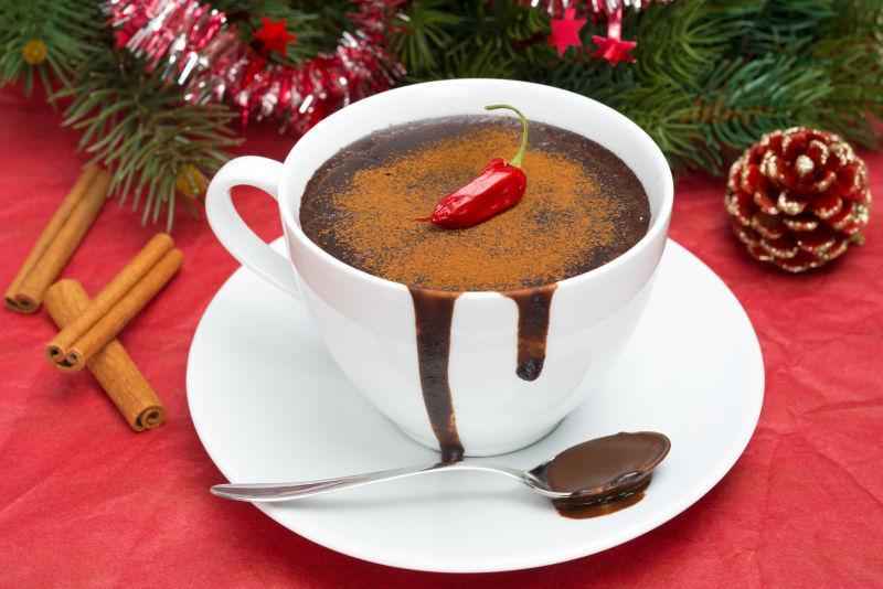 圣诞节背景下的热巧克力辣椒和装饰品
