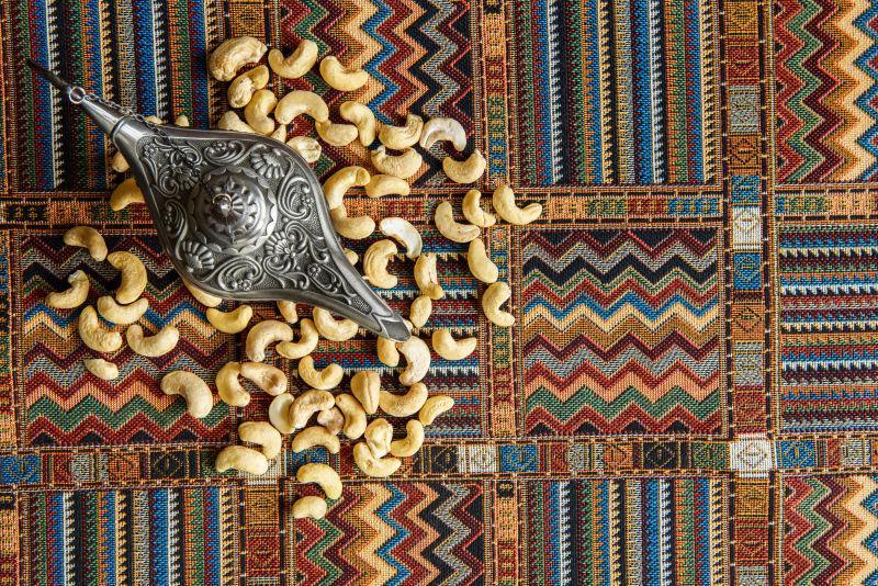 地毯上的腰果