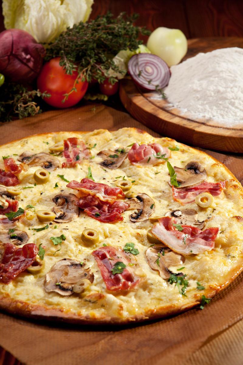 木桌上美味的自制白披萨
