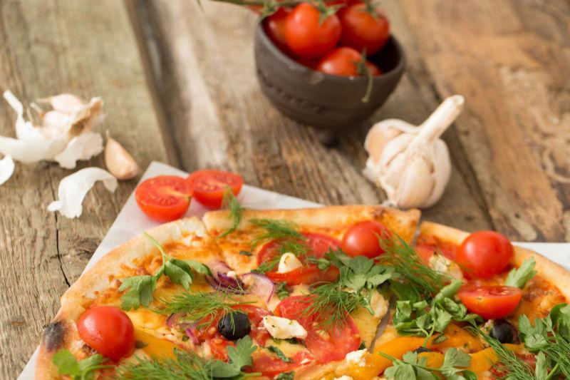 桌上的自制美味披萨
