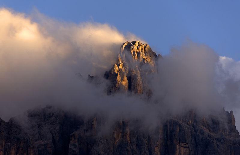 云雾缭绕的高山美景