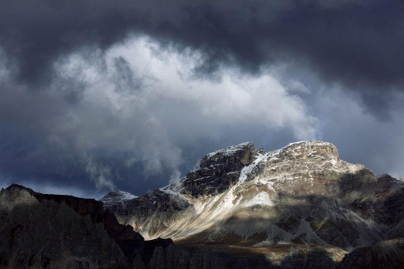 乌云蔽日的高山景象