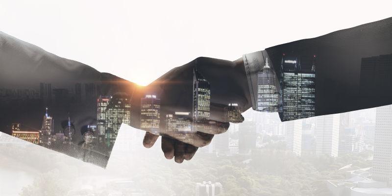 城市背景下商务握手的特写