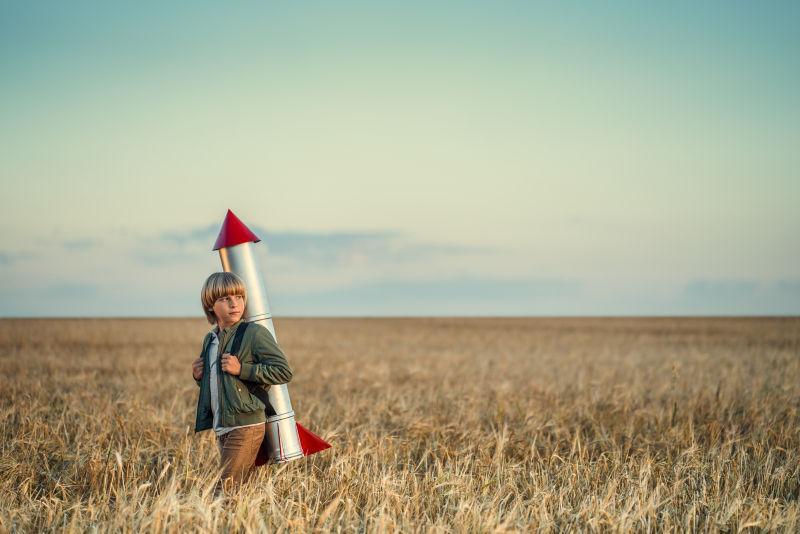 在田野里背着火箭