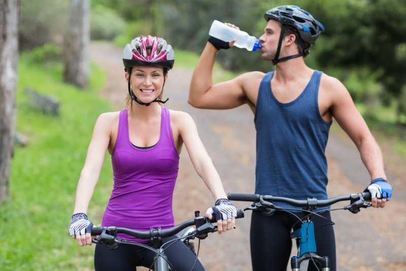 一对夫妻骑着自行车