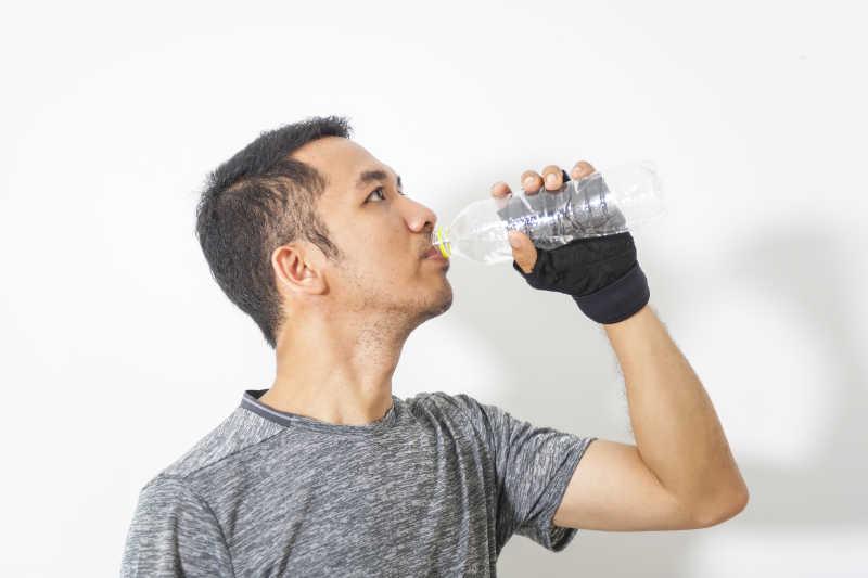 喝水的男人