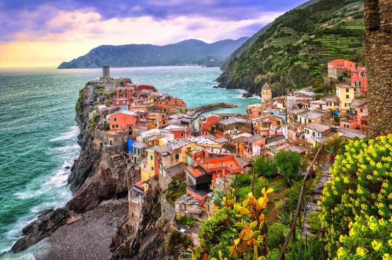 日落下的意大利五渔村