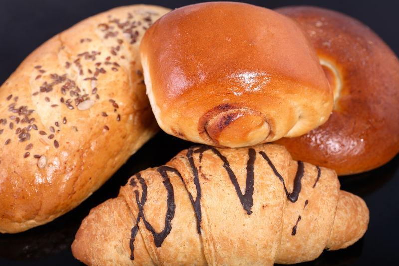 桌子上的美味面包